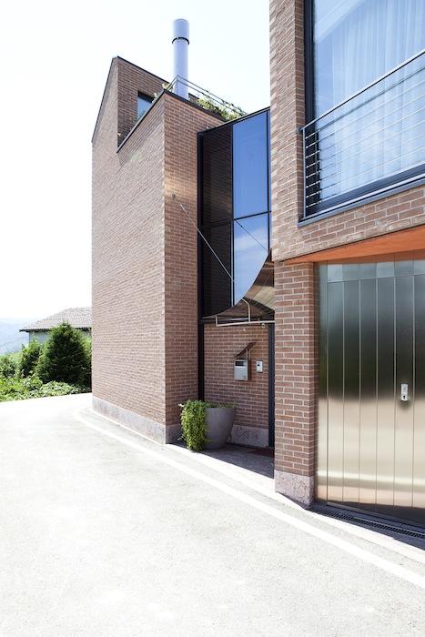 Casa_chiostro_mattone_metallo_vetro
