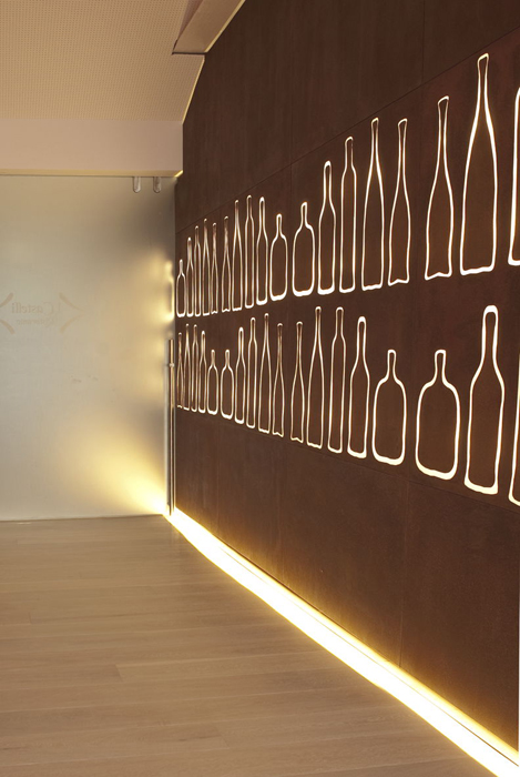 castelli_interno_corten_dettagli_led_bottiglie_03