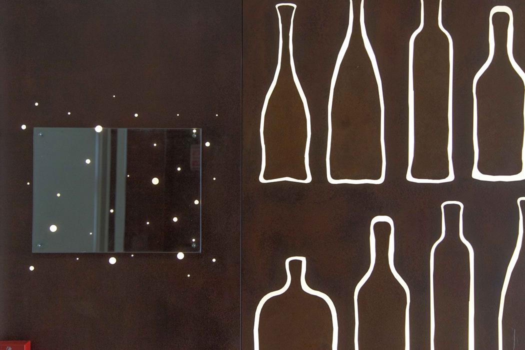 castelli_interno_corten_dettagli_led_bottiglie_01